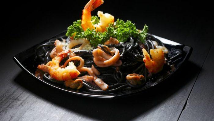 Plato de pasta negra a la sepia con gambas y calamar